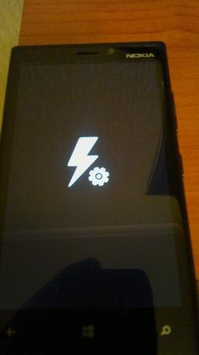 не заряжается телефон люмия 550 на значке батареи какой то значок